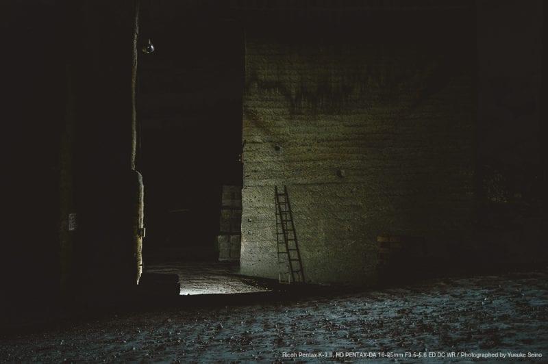 暗闇の中のはしごの写真