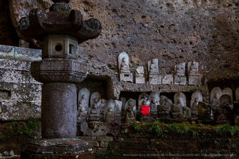 本堂脇の石仏群の写真